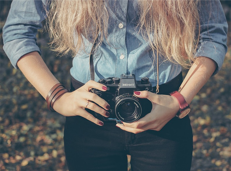 girl taking photo camera
