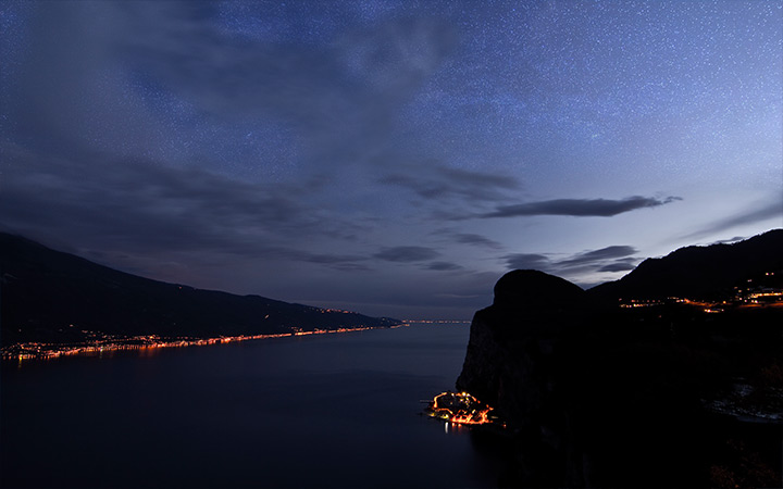 milky way tremosine italy lake wallpaper